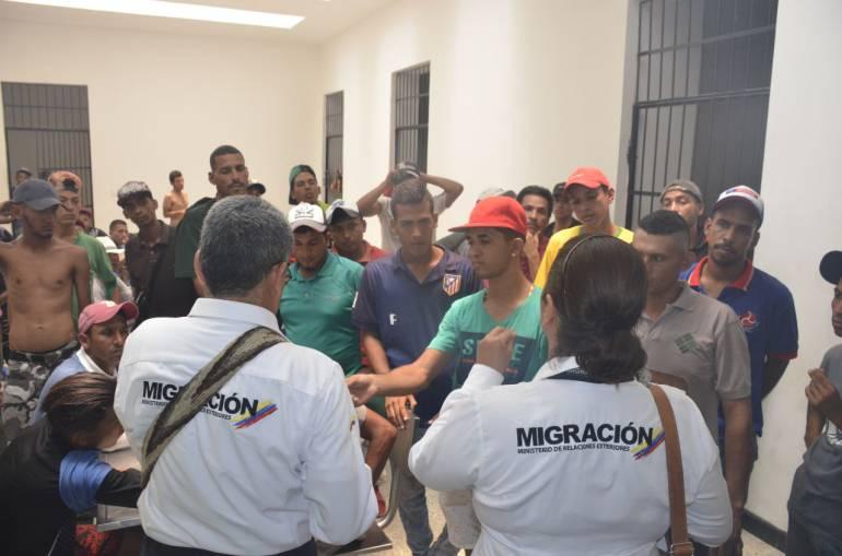 Funcionarios de Migración Colombia con los venezolanos que retornarom a su país. /FOTO ALCALDÍA