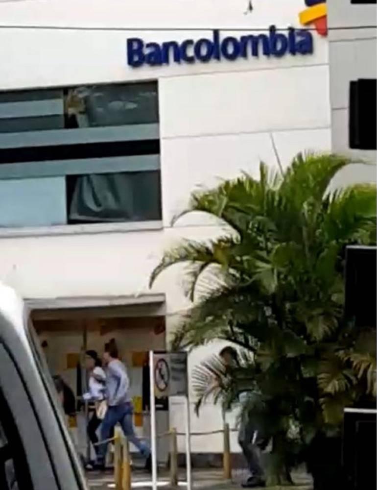 Encapuchado retuvo a varias personas en banco al sur de Cali