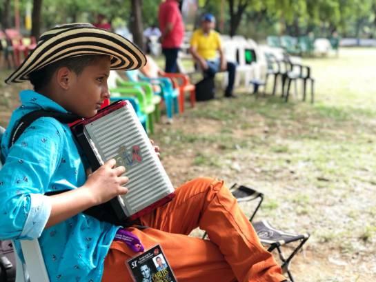 Niños de todas las edades, y provenientes de distintas regiones de Colombia, miden sus destrezas en el toque del acordeón.