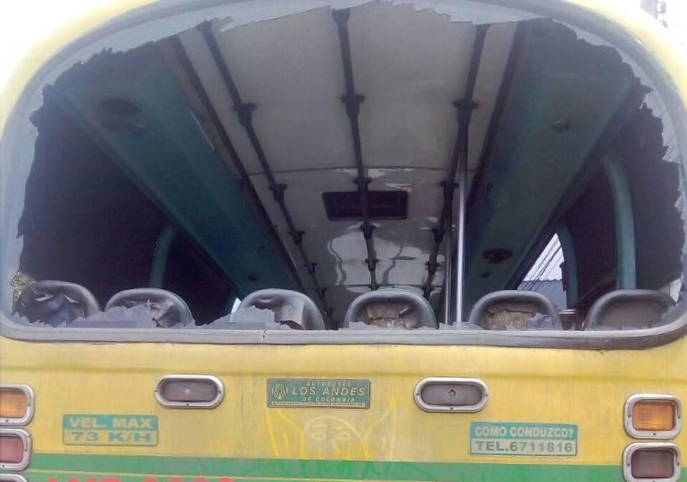 ATAQUE, VÁNDALOS, BUS.: Vándalos ponen en peligro la vida de quienes se movilizan en bus urbano