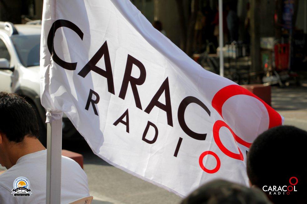 La bandera de Caracol Radio ondea con la deliciosa brisa que refresca a los samarios.