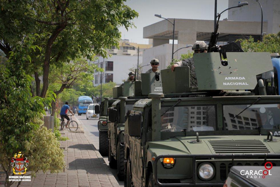 Tres vehículos de la Armada Nacional acompañan la caravana
