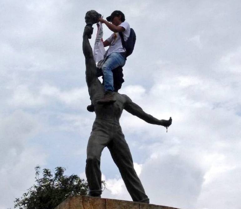 MARCHA, PROTESTA, SINDICATOS: En el día del trabajo no se salvó ni la escultura de Galán