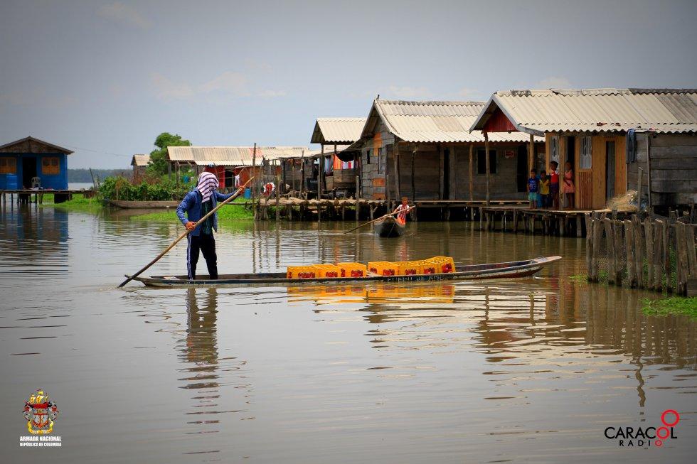 La canoa es utilizada como medio de transporte en Nueva Venecia.