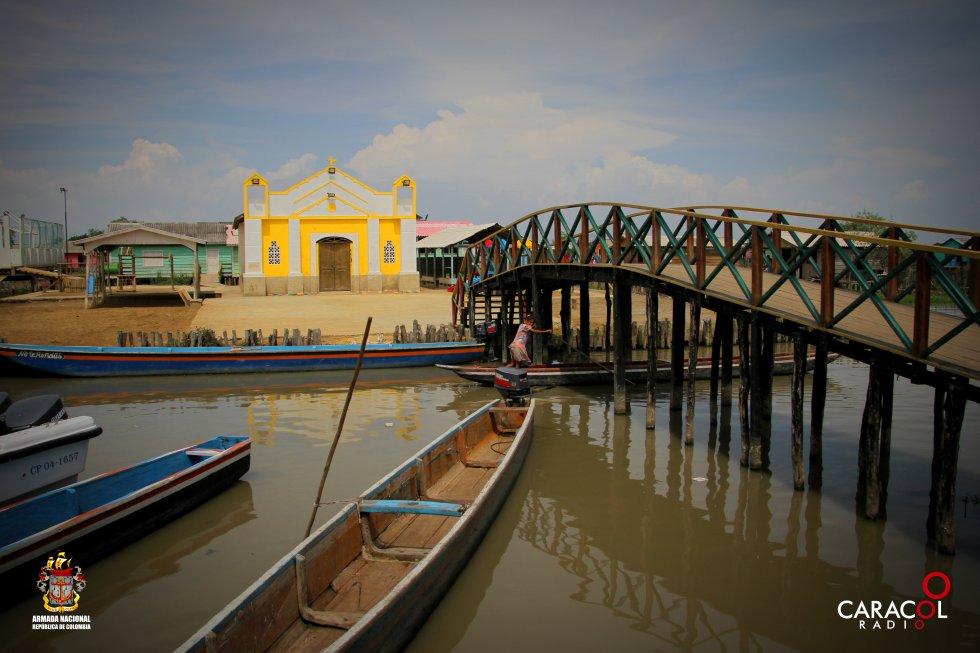 En Nueva Venecia, hay 400 casas de madera pintadas de colores, levantadas sobre troncos en las tranquilas aguas.