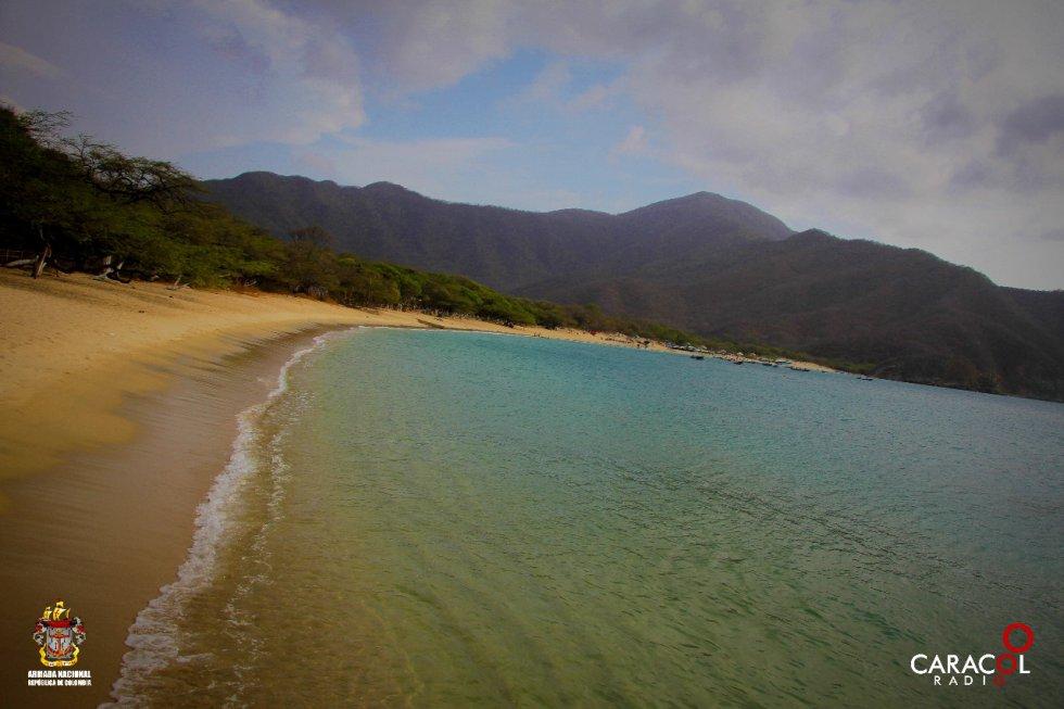 En el Tayrona la montaña abraza el mar como una mano gigantesca que protege y guarda el equilibrio para un universo de vida.
