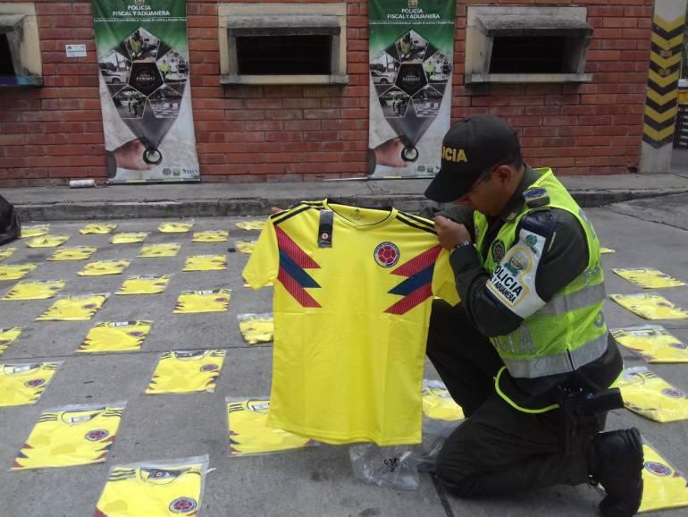 Mil camisetas de Colombia y 15 mil sobres de Panini fueron incautados: Mil camisetas de Colombia y 15 mil sobres de Panini fueron incautados