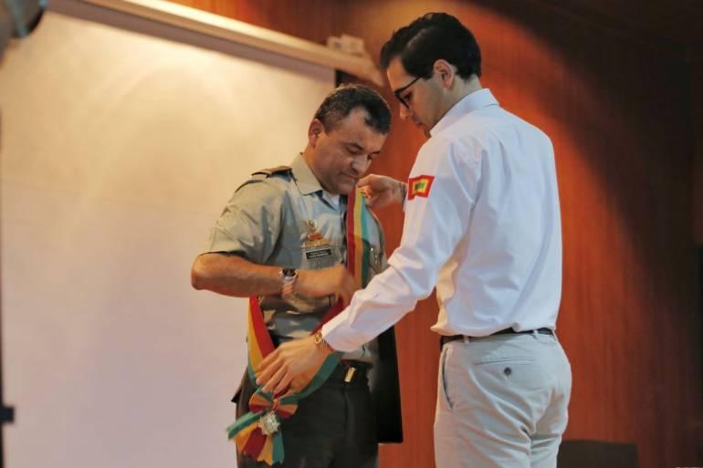 elacciones Cartagena alcaldía: Alcalde (e) de Cartagena condecoró a su esquema de seguridad