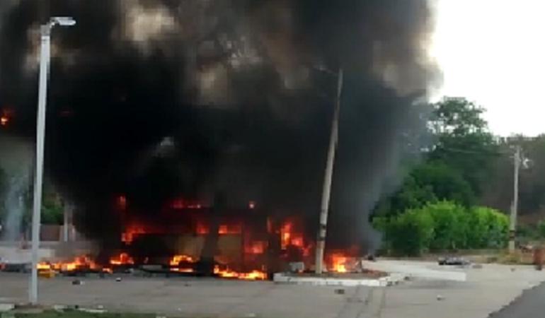 Bus choca contra estación de gasolina en Santa Marta y explota