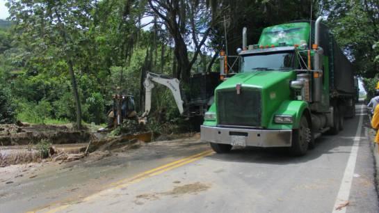 BUCARAMANGA PIEDECUESTA VIA A BOGOTÁ: Abrieron paso por la carretera a Bogotá a la altura de Curos