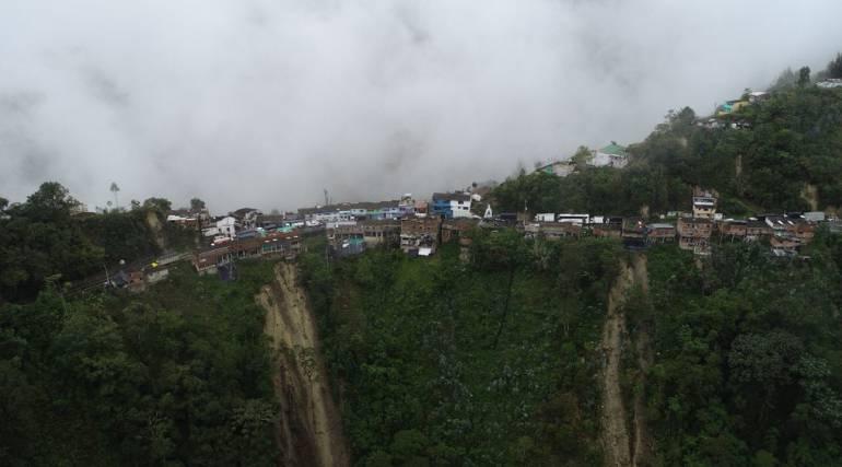 SANTANDER LLUVIAS TONA EVACUACIÓN: Así están decenas de casas de la Corcova, al borde del abismo