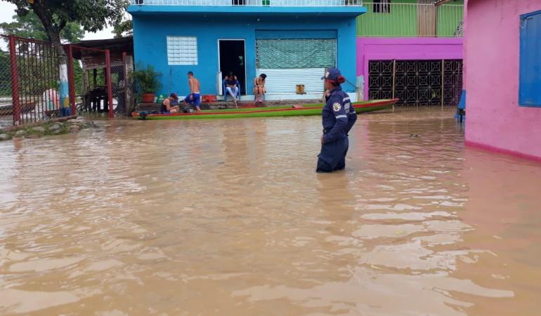 Inundación por creciente del río en Tibú debido a las lluvias