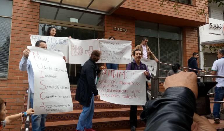 Contadores públicos protestaron frente a la sede de la DIAN en Manizales