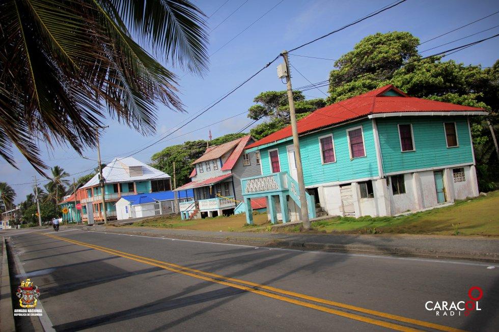 Las viviendas coloridas en las calles de San Andrés brindan un paisaje pintoresco al llegar a la Isla.