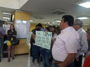 Con carteles los contadores protestaron en Armenia
