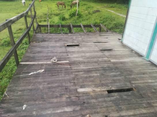 Averiado quedó el piso de la escuela de Pescadero, otra región afectada por la creciente del Río Cauca.