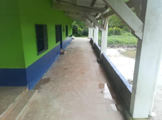 Cerrada se encuentra la escuela de primaria en Pescadero, otra zona afectada por el proyecto de la presa de hidroituango.
