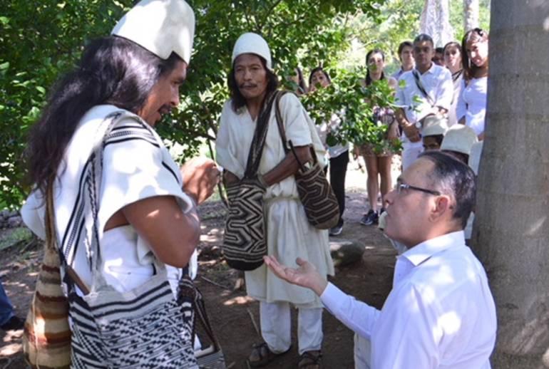 El Presidente del Senado, Efraín Cepeda, en reunión con indígenas de la Sierra Nevada de Santa Marta. /FOTO CONGRESO