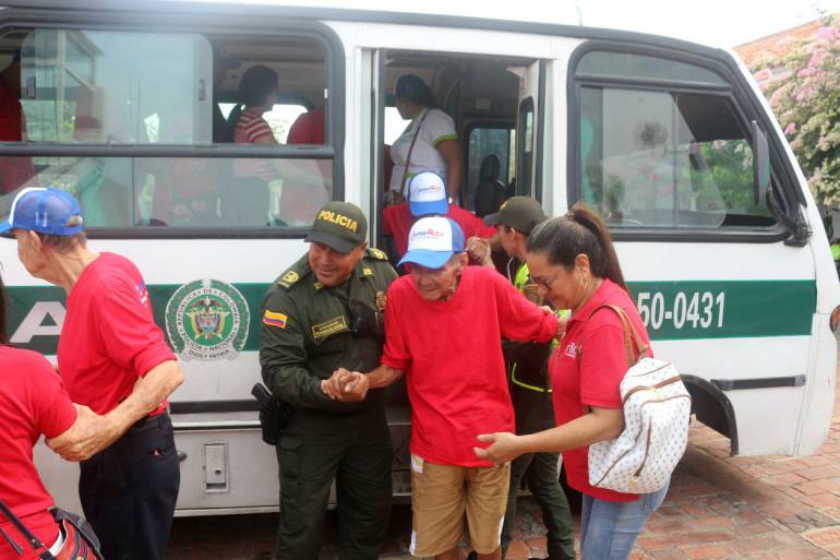 Policía lleva a adultos mayores de Cartagena a pasear por La Popa: Policía lleva a adultos mayores de Cartagena a pasear por La Popa