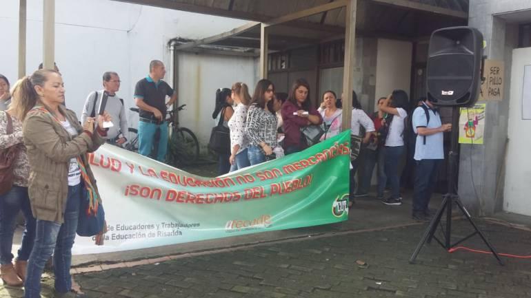 Frente a las instalaciones de Cosmitet en Pereira protestaron los usuarios de esa entidad en Santa Rosa de Cabal.