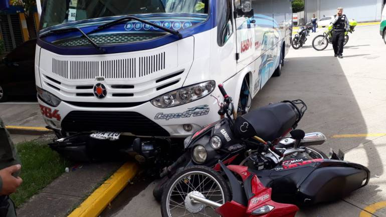 MOTOCICLISTA ACCIDENTE GIRÓN COPETRAN: Mujer fue arrollada por un bus de Copetrán en Girón