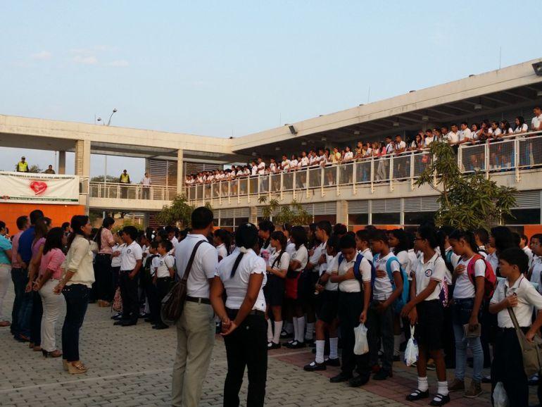 Estudiantes reciben clases debajo de los árboles por falta de luz: Estudiantes reciben clases debajo de los árboles por falta de luz