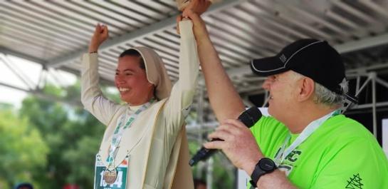 Premiación de la religiosa por parte del alcalde de Cúcuta