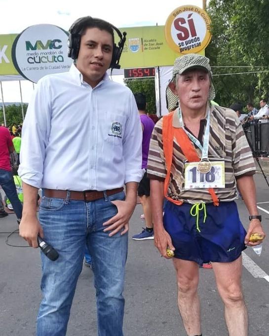 Competidor disfrazado del Chavo del 8 con el periodista deportivo Ricardo Gutiérrez Lizarazo