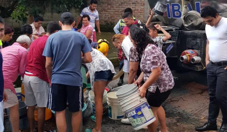 Carrotanque abasteciendo a la comunidad de Ibagué