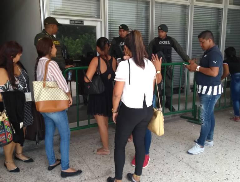 """""""Todo es un montaje"""": Familiares de policías señalados de repartirse droga"""