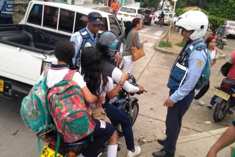10 motociclistas son sancionados a diario en Cartagena por llevar niños: 10 motociclistas son sancionados a diario en Cartagena por llevar niños