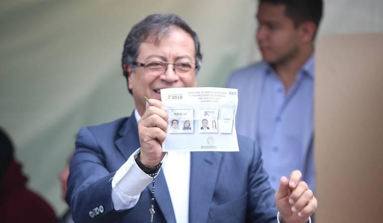 Gustavo Petro depositando su voto para la segunda vuelta de las Elecciones Colombia 2018.