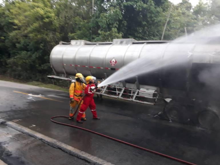 vehículos incinerados: Pánico causa la incineración de una tractomula que transportaba combustible