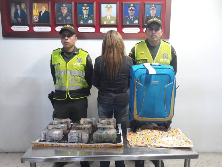 Capturan am ujer que viajaba con más de 200 millones de pesos en efectivo: Mujer detenida en el Aeropuerto con $247 millones