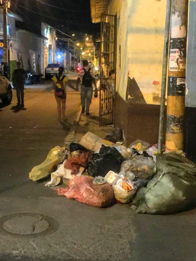"""Basuras en la calle: En un """"Carrasco"""" se convirtió una calle de Piedecuesta"""