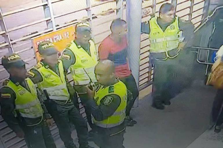 Aplican código de policía a otro vendedor dentro de un bus de Transcaribe: Aplican código de policía a otro vendedor dentro de un bus de Transcaribe