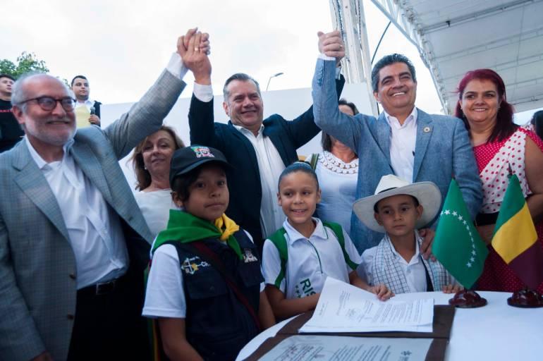 Los gobernadores Guido Echeverri de Caldas, Sijifredo Salazar de Risaralda y Carlos Eduardo Osorio del Quindío en una foto que simboliza la unión de los tres departamentos.