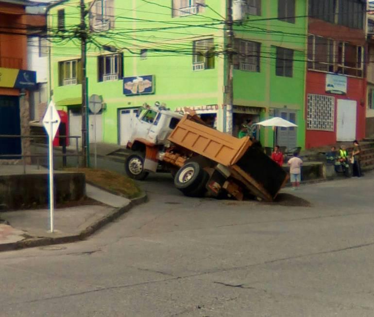 Accidente por un hueco en Villamaría: Se abrió un hueco cuando pasaba una volqueta