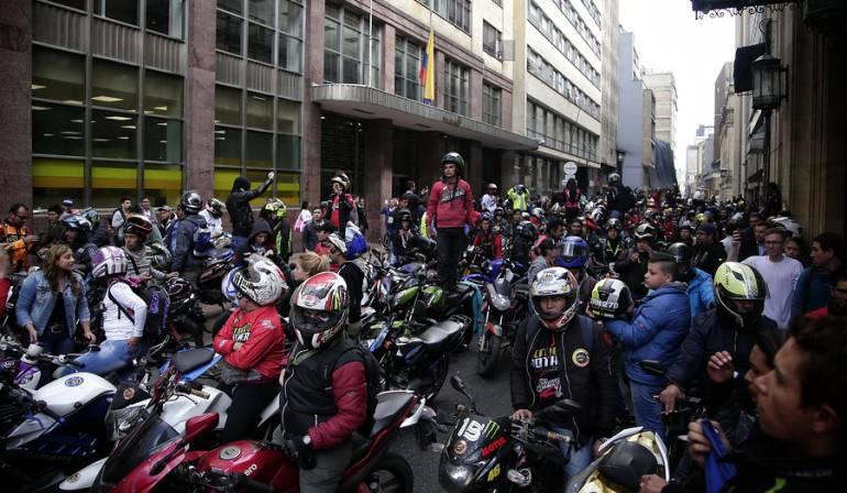 Estudian extender restricción de parrillero en moto en Bogotá