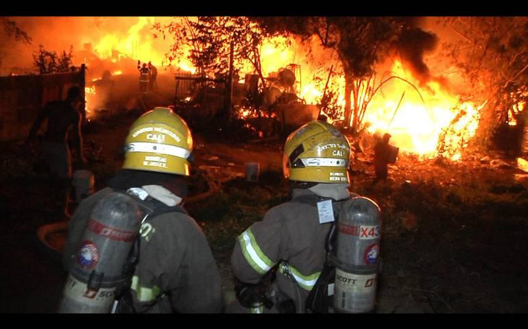 Incendio en bodega de plásticos en el barrio Potrero Grande de Cali: Voraz incendio consumió fábrica de plásticos en el oriente de Cali