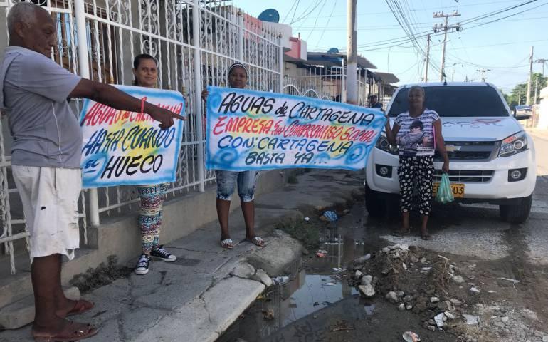 Celebran cumpleaños a un hueco en un barrio de Cartagena