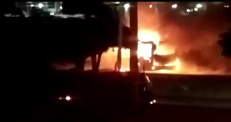 Momento del incendio en bus de Transmetro