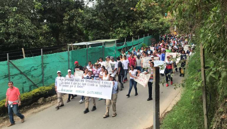 Mineros protestan por cancelación de subcontratos de la empresa Continental