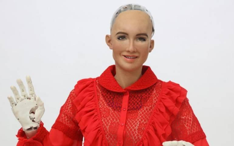 Estudiantes UPB exhiben en Colombiamoda vestidos creados para robot Sophia