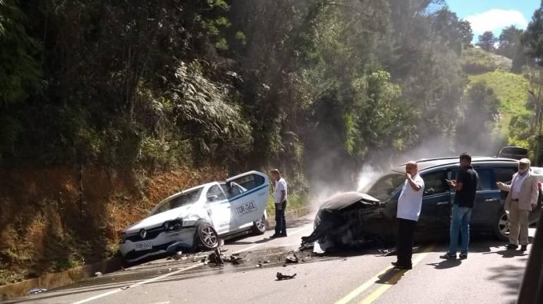 accidente, palmas, heridos, tránsito, Medellín, vía: Choque múltiple en la vía las palmas dejó una persona lesionada.