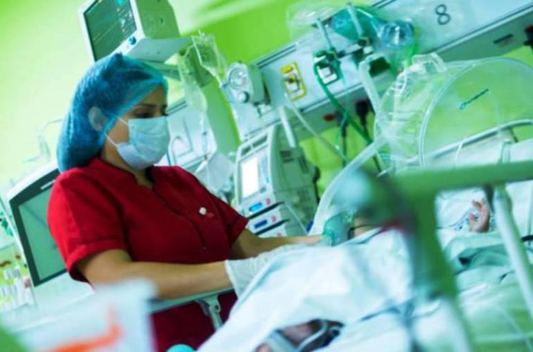 Madre denuncia negligencia médica en traslado de su hijo con tumor