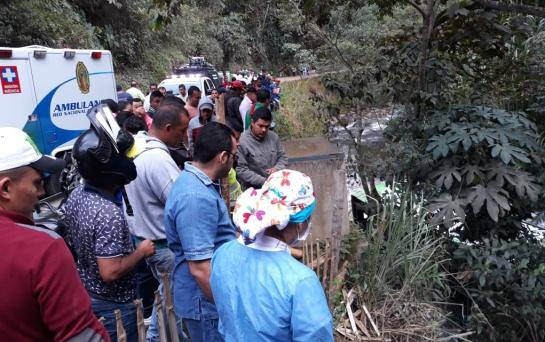 Accidente de transito en Huila: Un muerto y 12 heridos al caer bus a un precipicio en vías de Huila