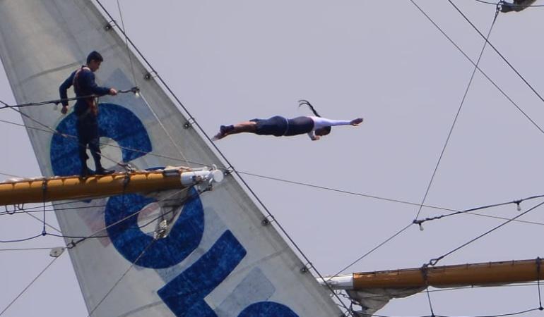 Orlando Duque saltó desde los más alto del buque Gloria en Santa Marta