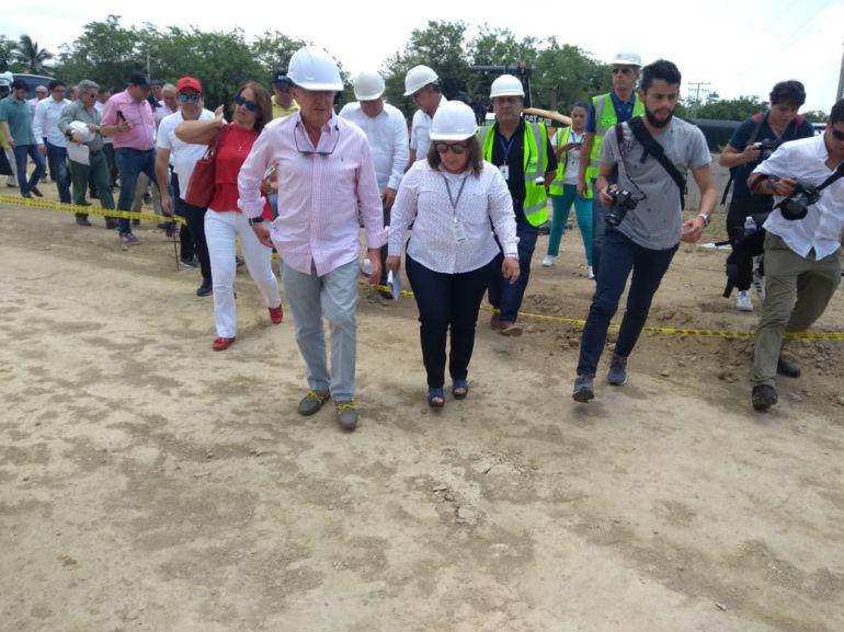 El ministro de Transporte, Germán Cardona y la gerente del Grupo Aeroportuario del Caribe, Mariela Vergara, durante la inauguración de las obras de ampliación del aeropuerto Ernesto Cortissoz.