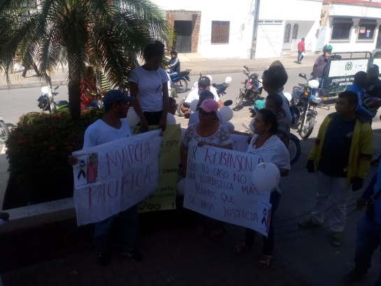 Hombre asesinado por policía: Con plantón exigen justicia familiares de hombre asesinado por un policía